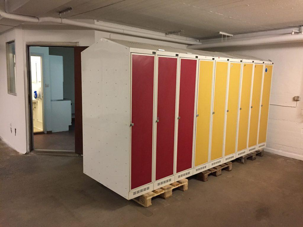 Klädskåp för utrustning tillhörande mc-förvaring eller garage.