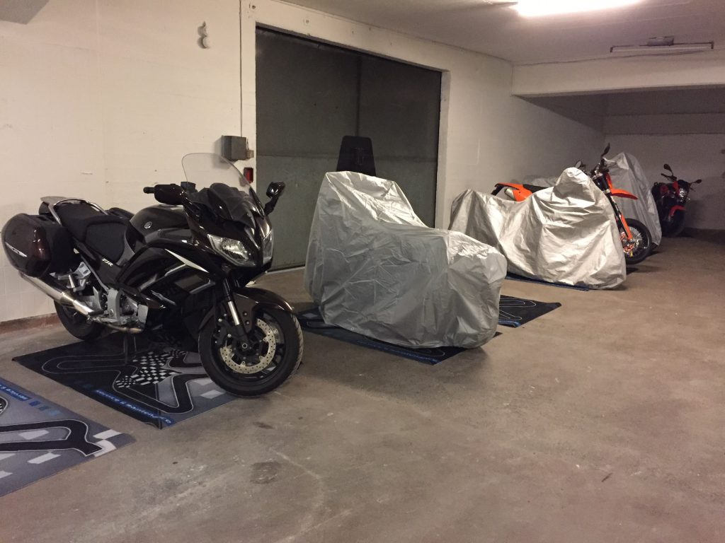 Parkerade motorcyklar på förvaring i MC-garage.