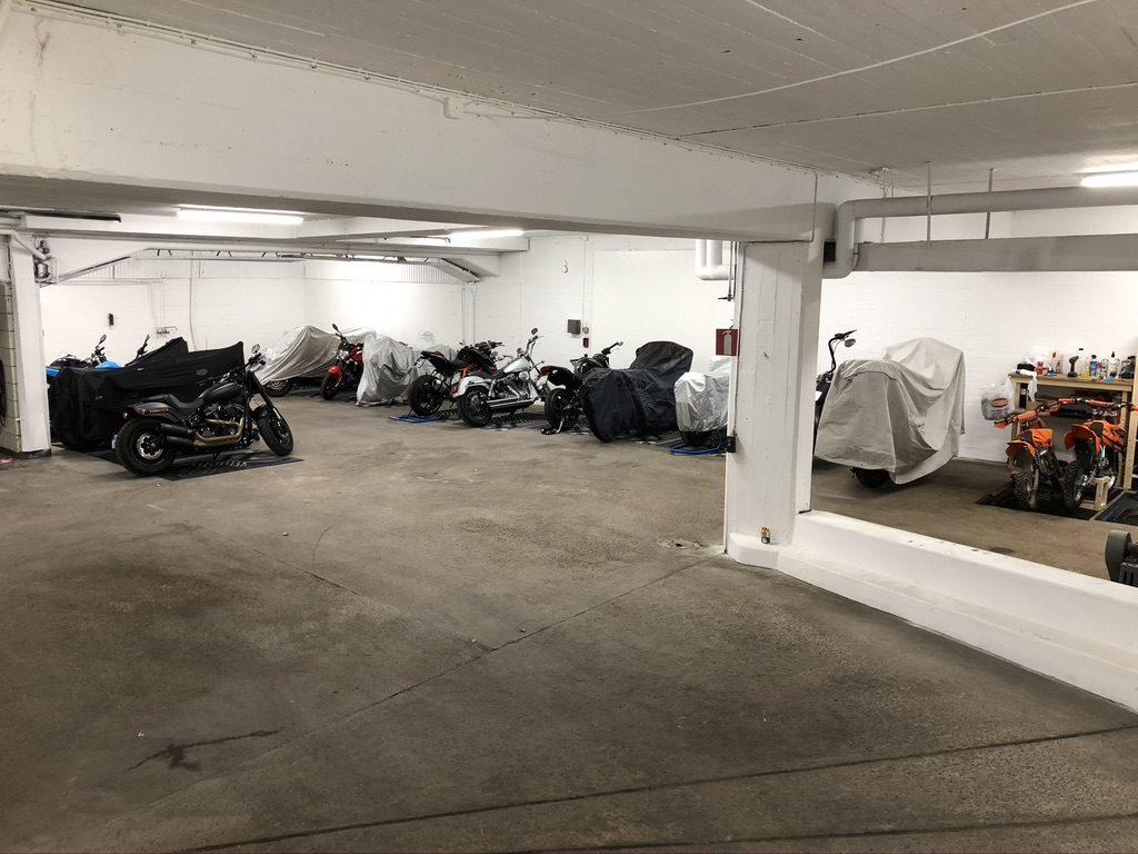 Motorcyklar i förvaring på parkeringsplatser