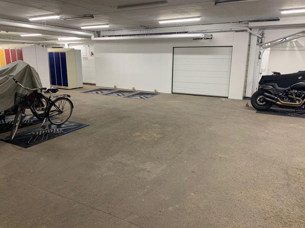 Lediga mc-platser för förvaring av motorcykel.